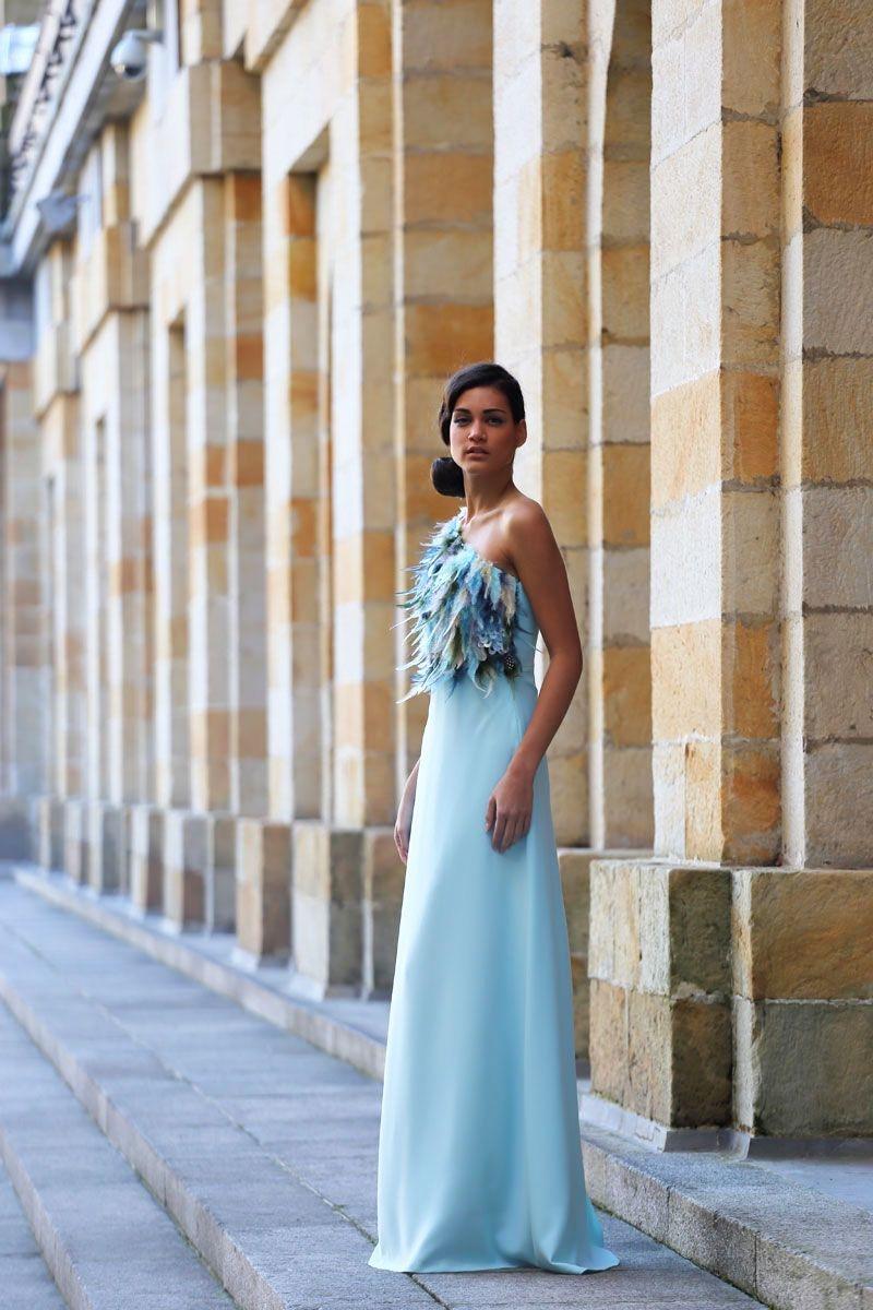 d35f2090a vestido largo de fiesta azul con cuerpo de plumas asimetrico para invitadas  boda evento coctel graduacion