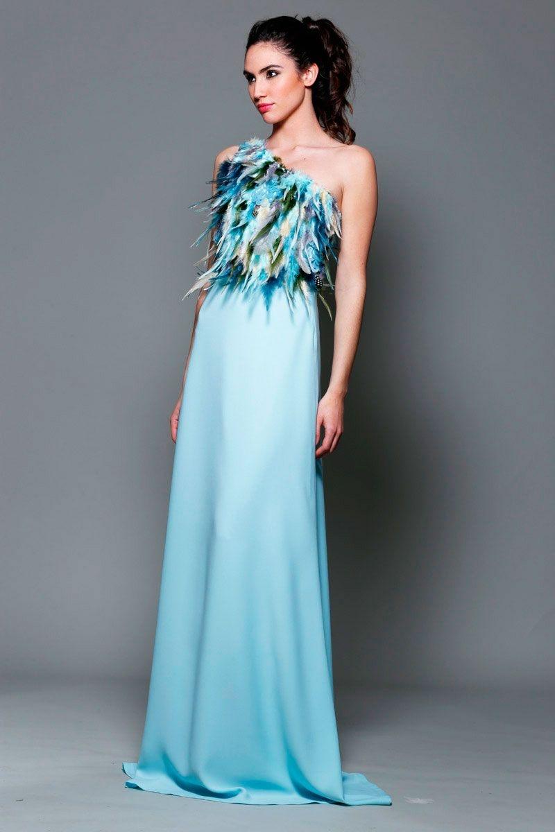 Vestido largo de fiesta con plumas para invitada boda